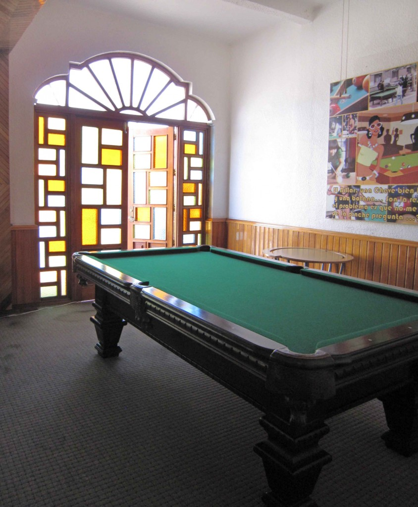 A pool table in Hostal Del Mercado.