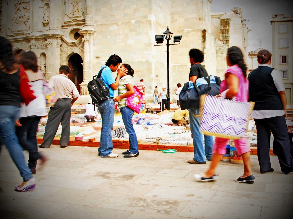 oaxaca kissing couple smaller 1023x766 Street Photos   Oaxaca, Mexico