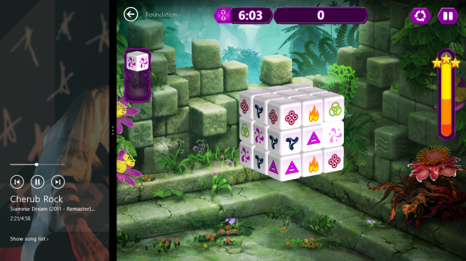 Windows 8 screenshot showing music and game working together.